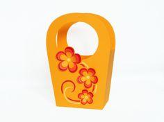 Geschenktasche aus Fotokarton, ca. 18 x 26 x 8 cm groß. Bastelanleitung und Vorlagen gibt es hier: https://www.crazypatterns.net/de/items/28912/bastelanleitung-geschenktasche-mit-blumen