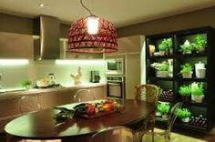 Luminària e verde na cozinha