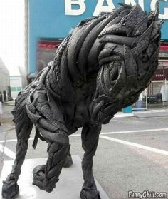 Can you imagine a sculpture made from discarded tires? This is the ultimate in tire recycling: Sculpture of a horse using thrown out old tires. Horse Sculpture, Animal Sculptures, Reuse Old Tires, Tire Art, Diy Recycling, Recycling Process, Reuse Recycle, Used Tires, Recycled Art