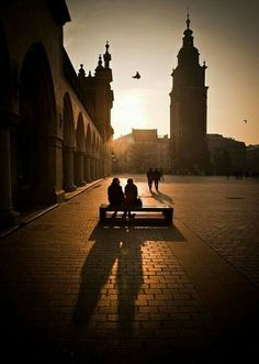 Krakow just chill out in the sunshine Market Square (Rynek Glowny) Most Beautiful Cities, Wonderful Places, Beautiful World, Oh The Places You'll Go, Places To Visit, Visit Poland, Krakow Poland, Jolie Photo, Villas