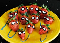 Cute !  Spidey-berries! #SpiderMan-inspired dipped berries, perfect for a themed party. #Recipe