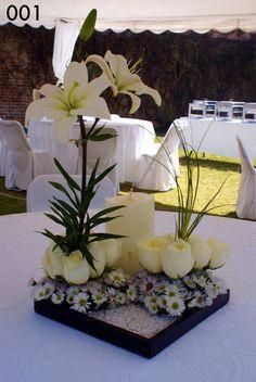 En blanco, bonito arreglo: 12 rosas, margaritas y 1vara de Lilis. 1 vela.
