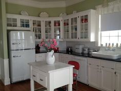 New kitchen that looks vintage . Cute Kitchen, Kitchen Redo, New Kitchen, Vintage Kitchen, Kitchen Remodel, Kitchen Dining, Kitchen Cabinets, Kitchen Ideas, Vintage Fridge