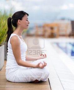 Na zewnątrz, kobieta medytacji siedzi w pozycji jogi Zdjęcie Seryjne - 20135033