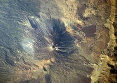 Teide, islas canárias, españa, 15 de julio de 2009 es la fecha en la que la vigésima expedición del ISS captó esta espectacular imagen cenital de los 3.718 metros del Teide. En la imagen también se aprecia el volcán de Pico Viejo, que se alza hasta los 3.135 metros, Ampliar.