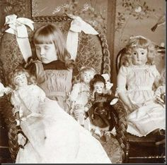 Post mortem picture of a little girl and her dolls