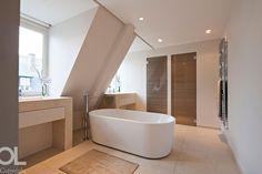 pale neutral contemporary bathroom with chrome heated towel rail and free standing tub || Privé | Appartements | | Triplex Boulevard Raspail Hélène et Olivier Lempereur
