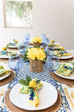 French Country Decor: Yellow & Blue Summer Table - yellow and blue table - Decoration Evenementielle, Yellow Table, Table And Chair Sets, Deco Table, Home And Deco, French Country Decorating, Dinner Table, Dining Room Table, Dining Rooms