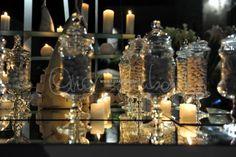 Magica atmosfera di candele per una confettata minimal chic.