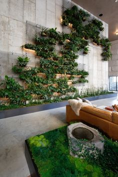 The living green wall inside the lobby of the Brooklyn Bridge. Pub Design, Coffee Shop Design, Rustic Design, Restaurant Design, Wall Design, Chair Design, Living Green Wall, Green Wall Decor, House Plants Decor