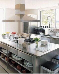Una calda cucina in acciaio