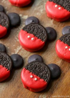 Mickey Mouse Oreos Mickey Mouse OREOS - a simple, cute and tasty treat to make with or for the kids for any occasion! Disney Desserts, Fun Desserts, Delicious Desserts, Dessert Recipes, Yummy Food, Disney Cupcakes, Food Deserts, Disney Snacks, Health Desserts
