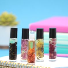 Customize a scent unique to your needs with this easy DIY. # Easy DIY makeup How to Make Essential Oil Roll-ons Essential Oil Roll Ons, Making Essential Oils, Pot Mason Diy, Mason Jar Crafts, Diy Beauté, Easy Diy, Cool Diy, Easy Crafts, Mason Jar Lighting