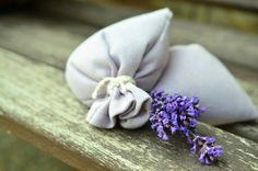 DIY lavender sachets are SO easy to make and they make great gifts, birthday/shower/wedding favors or just because you want your panty drawer to smell good. Lavender Sachets, Lavender Flowers, Lavender Oil, Lavender Cottage, Perfume, Cupcakes Flores, Lavender Benefits, Pot Pourri, Floral Bodies
