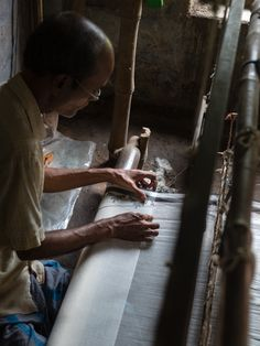 These Jamdani weavers are working hard to keep their craft alive. As the traditional handloom weaving takes place, each design motif is added separately by hand. Learn more about the Jamdani weavers of Bengal. Weaving Process, Weaving Techniques, Hand Weaving, Handloom Weaving, Interesting News, Bengal, Shawl, Collections, Cotton