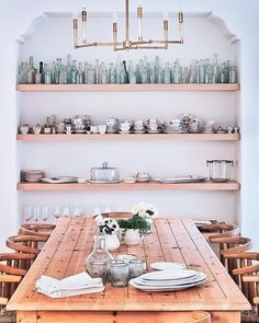 20 Small-Space Decorating Mistakes To Avoid - Luxury Home Decor Dining Room Wall Decor, Modern Dining Room Tables, Dining Rooms, Dining Furniture, Fine Dining, Bedroom Decor, Decorating Small Spaces, Interior Decorating, Decorating Ideas