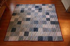s cuadrados que necesitas debes crear un patrón que vayas repitiendo, de forma de aprovechar de mejor manera la tela de que dispones.    Corta en los jeans cuadrados de 60cm, lo cual te deja 10cm para el trabajo de