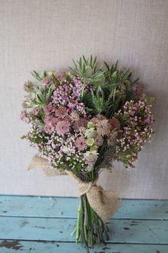 ramo-novia-silvestre Más Wedding Cakes With Flowers, Bridal Flowers, Flower Bouquet Wedding, Flowers In Hair, Diy Flowers, Boquette Wedding, Floral Wedding, Beautiful Flower Arrangements, Floral Arrangements