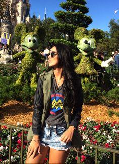 Domingo foi dia de começar a me despedir de Orlando, vou embora amanhã, e tem lugar mais clássico pra dar tchau pra essa cidade linda do que dando byebye pro Mickey na DISNEY? Pra quem não sabe o parque Magic Kingdom, aquele do castelo, é o primeiro e mais famoso parque da Disney. Não tem … Vacation Pictures, Disney Pictures, Walt Disney World, Disney Usa, Disney Poses, Disney Universal Studios, Universal Orlando, Theme Park Outfits, Disney Parque