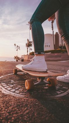 close up of a skateboarders feet - cool summer photography ideas Summer Aesthetic, Aesthetic Photo, Aesthetic Pictures, Aesthetic Backgrounds, Aesthetic Iphone Wallpaper, Aesthetic Wallpapers, Summer Photography, Creative Photography, Photography Ideas