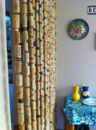 You may see wine cork curtains - I see wine cork GARLAND!save your wine corks for me!lots of garland to string for next years Christmas tree theme! If only I drank wine. The wine cork garland is a brilliant idea. Wine Craft, Wine Cork Crafts, Wine Bottle Crafts, Diy Cork, Cork Garland, Wine Cork Projects, Diy Projects, Wine Cork Art, Recycled Wine Corks
