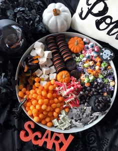Diese Halloween Grazing Boards sind ein absoluter Genuss - My CMS Halloween Snacks, Comida De Halloween Ideas, Dulces Halloween, Halloween Movie Night, Hallowen Food, Fete Halloween, Halloween Dinner, Halloween Goodies, Halloween Halloween