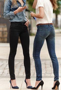 Acheter la tenue sur Lookastic:  https://lookastic.fr/mode-femme/tenues/t-shirt-a-col-rond-blanc-jean-skinny-bleu-marine-escarpins-ceinture/1496  — T-shirt à col rond blanc  — Ceinture en cuir tressée brune  — Jean skinny bleu marine  — Escarpins en daim noirs