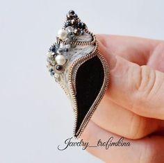 Repost @jewelry_trofimkina by @media.repost: Сегодня я решила вам показать часть одного очень большого заказа, в который, в том числе,… Handmade Beaded Jewelry, Brooches Handmade, Earrings Handmade, Bead Embroidery Jewelry, Beaded Embroidery, Beaded Brooch, Crystal Brooch, Bead Crafts, Jewelry Crafts
