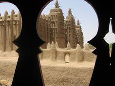 Gran mezquita de Djenné    La Gran Mezquita de Djenné es el mayor edificio sagrado hecho de barro del mundo, y también el mayor hecho de este material de una sola pieza, con una superficie de 75×75m (5 625m²) y está considerada una cumbre de la arquitectura sudanesa-saheliana. La mezquita está en el centro de Djenné, Malí. Es uno de los monumentos más conocidos de África y desde 1988 está considerada, junto con el casco antiguo de Djenné, Patrimonio de la Humanidad por la Unesco.