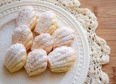 Madlenky jsou tradičním francouzským čajovým pečivem lasturovitého tvaru. Přesně se neví, jestli vznikly už v 17. století a staly se hitem na dvoře Ludvíka XV., nebo zda je v 19. století poprvé připravila cukrářka Madeleine Paulmier. Každopádně ve Francii mají dlouhou tradici a bylo o nich řečeno již mnoho. Pečou se z křehkého a nadýchaného…