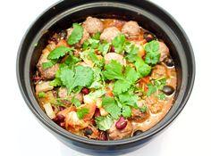 Hämmentäjä: Mausteinen tomaattitagine ja tabil-lammaspullat. Spicy tomato tagine with tabil lamb meatballs.