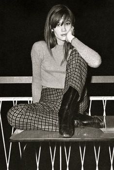 Todays style icon is the embodiment of French style and perfection Francoise Hardy Fashion Mode, 1960s Fashion, Look Fashion, Vintage Fashion, Fashion Tips, Beatnik Fashion, Victorian Fashion, 60s Inspired Fashion, Fall Fashion Outfits