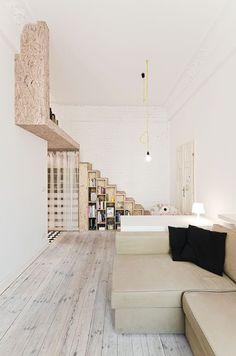 """BRESLAVIAGli architetti di 3XA hanno scelto colori neutri per """"la capacità naturale di illuminare e ampliare i limitati metri quadri a disposizione""""Guarda tutte le foto della casa a Breslavia"""