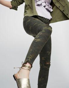 Pull&Bear - dla niej - odzież - najświeższe nowości - jeansy rurki w moro - khaki - 05681307-V2017