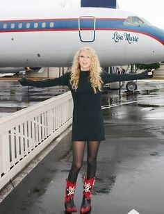 Taylor Swift at Graceland. She is standing in front of the Lisa Marie-one of the planes. Young Taylor Swift, Estilo Taylor Swift, Taylor Swift Album, Taylor Swift Pictures, Taylor Alison Swift, Graceland Elvis, Elvis Presley, Miss Americana, Swift 3