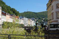 Karlovy Vary. Doce de cerca de cientos fuentes de aguas minerales se utilizan para beber en la curación.   Sus composiciones básicas son similares pero diferencian en temperatura y la cantidad de bióxido de carbono.