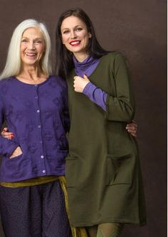 sizes S-XXL Tunic in organic cotton Easy wear knitted tunic with worked edges and pockets. Becoming model with ¾ sleeves, Which are easy to wear Both pants like leggings. Available in five colors Throughout! Regular fit. Length / M: 90 cm Item number 65603 Price SEK 795
