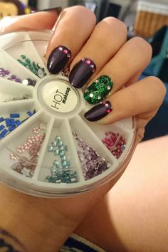 Purple nails whit Rhinestones whit the single green
