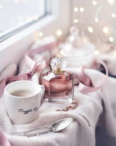perfume and coffee Coffee Love, Coffee Art, Flatlay Instagram, Morning Sweetheart, Pause Café, Coffee Photography, Morning Photography, Cake Photography, Jolie Photo