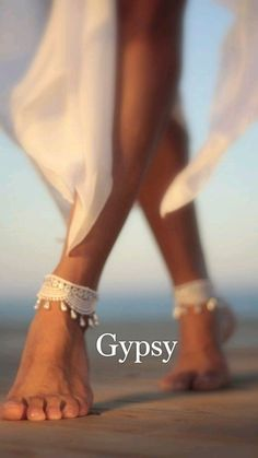Beach Shoot, Beach Poses, Fotos Strand, Pochette Rose, Nude Shoes, Bare Foot Sandals, Beach Sandals, Beach Photography, Wedding Photography