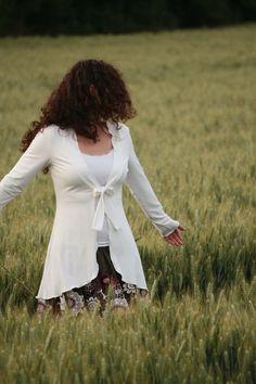 Für kühle Sommerabende, klassischer Chick und feminine Extravaganz  Besonderheit:  - weicher und fließender Jersey - femininer taillierter Schnitt - vorne kürzer, hinten länger und leicht...