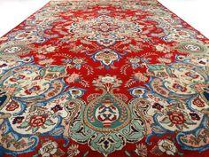 Artdeco XL-tabriz in rood/beige basiskleur met accenten in groen-, roze-, mintgroen- en blauwtinten. Dit kleed heeft een aantal sleetse plekken en verkeert in een mooie, licht sleetse staat. Geniet van de foto's en let in het bijzonder op de prachtig uitgewerkte rozen en herten.  Dit is een handgeknoopt Tabriz-tapijt, gemaakt van duurzame, natuurlijke materialen. Imperfecties in de patronen en de vorm maken ieder kleed tot een unicum en benadrukken het authentieke en ambachtelijke karakter…