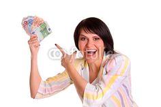 Junge Frau freut sich über ihren Gewinn.