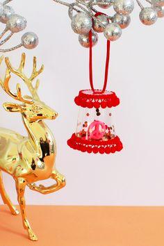 DIY WEIHNACHTSBAUMSCHMUCK IM BOHO-STYLE // Mit meiner DIY-Anleitung könnt ihr bunte DIY Weihnachtsbaum-Anhänger im Boho-Stil aus Kunststoff-Schnapsgläsern, Pompom-Borte und Streu-Deko ganz einfach selber machen! Auch süß als kleines Mitbringsel im Advent, zum Wichteln oder als Last-Minute-Geschenkidee. #weihnachtsdeko #weihnachtsbaumschmuck #diy #weihnachtsbasteln