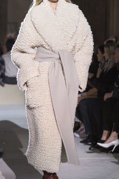 Salvatore Ferragamo Fall 2019 Ready-to-Wear Fashion Show Details: See detail photos for Salvatore Ferragamo Fall 2019 Ready-to-Wear collection. Look 80 Fur Fashion, Fashion Face, Fashion Week, Fashion Details, Runway Fashion, High Fashion, Winter Fashion, Fashion Show, Fashion Dresses