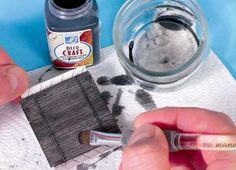 Когда краска полностью высохнет, мыть черной акриловой краски наносится на поверхность. В первую очередь, это, кажется, отрицает предыдущий шаг живопись, но как только это мыть сухие она будет подчеркивать зерно и суставы.
