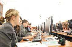 Despre implementarea învățământului electronic...  Cum ar putea avea succes învățarea asistată de calculator, nu mai este întrebarea principală de pus pentru România.Modelul actual de tehnologizare nu este suficient de rapid și impactul său nu este cel care ar trebui să fie pentru a ajunge din urmă UE, iar pe de altă parte se fac cheltuieli prea mari.  Partea proastă, dacă mai poate fi încă una, pe lângă cele existente deja, este că banii care se cheltuie se pun în aceleași buzunare tot…
