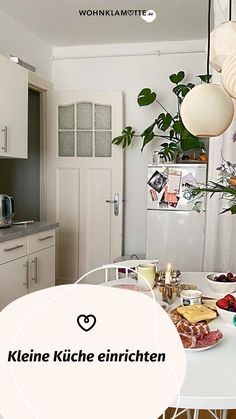 Eine kleine Küche einrichten kann eine Herausforderung sein, aber auch Spaß machen. Denn ist der wenige Platz erst einmal richtig ausgenutzt, steht die kleine Küche einer großen in (beinahe) nichts nach. Mit unseren 5 Tipps kannst Du eine kleine Küche einrichten und dabei das meiste aus ihr rausholen. Gallery Wall, Home Decor, Ad Home, Homes, Tips, Decoration Home, Room Decor, Home Interior Design, Home Decoration