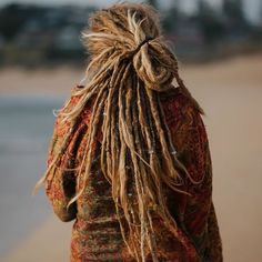 Photo by ❀ Linda | Dread Shop on December 13, 2020. May be an image of one or more people, hair and outerwear. #Regram via @CIzFuz2nQm4 Dreads Styles, Dreadlock Styles, Hippie Dreads, Locs, Dreadlocks Girl, Blonde Dreads, Accessoires Dreadlock, Dreadlock Accessories, Hair Accessories