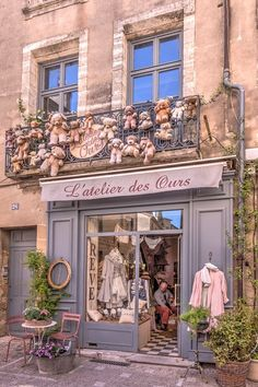 Raindrops and roses beautiful fronts & shops around the worl Decoration Shabby, Decoration Vitrine, Boutique Vintage, Vintage Shops, Belle Boutique, Boutique Design, Antique Shops, Chic Retro, Raindrops And Roses